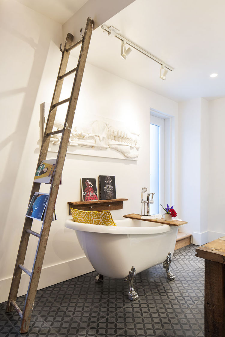 Clawfoot tub in the master bathroom in a Montreal renovated row house