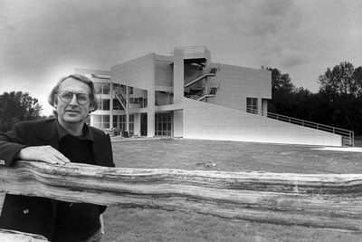 Architect Richard Meier in front of the Atheneum