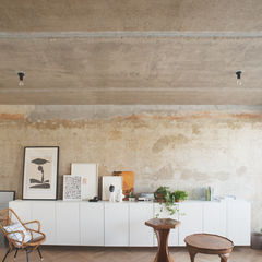 Rust-washed concrete wall in Moscow apartment renovation.