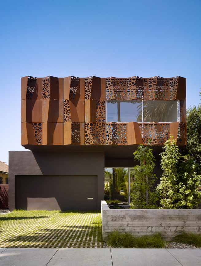 Wrapped in a folded Cor-ten steel curtain, the Walnut Residence's unforgettable exterior creates even more surprises indoors.<br /><br />Architect Daniel Monti adds that much of the programming had to be pushed toward the front of the home to make room fo