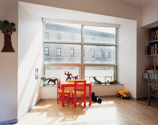 "In one of the children's bedrooms, the apparently slanting line of Sheetrock above the view ""straightens out,"" falling into alignment with the top of the window, as one moves closer to it."