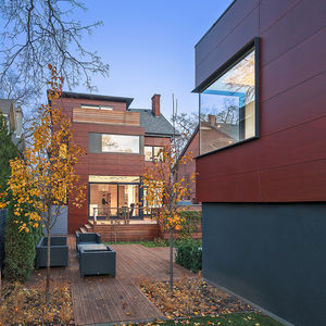 Town house and guest house in Toronto with a Parklex facade