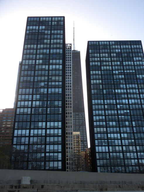 Najpoznatije svetske arhitekte - Page 3 Lake-Shore-Drive-Apartments-Mies-van-der-Rohe-facades-with-John-Hancock-Tower