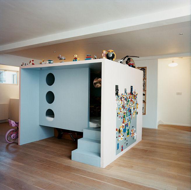 En rolig idé för ett eget krypin i ett större utrymme – med plats för legobygge på väggen!