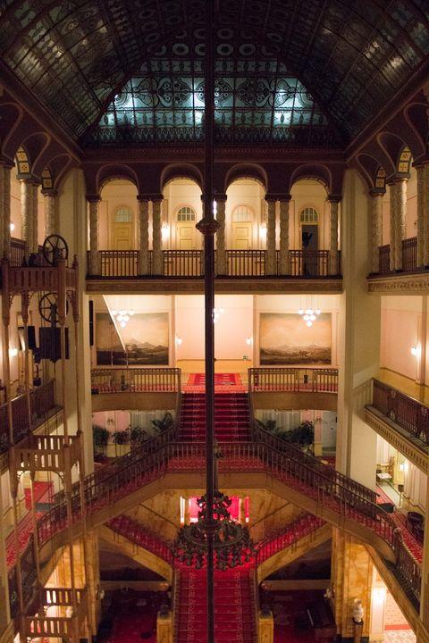 """Interior do Grande Budapest Hotel.  Anderson tropeçou no Görlitzer Warenhaus, uma loja de departamentos abandonado em Görlitz.  Este """"tremendo achado,"""" de acordo com Stockhausen, feita a construção de um possível interior dentro de seu orçamento e que a equipe de produção construir todo um lobby do hotel no interior."""