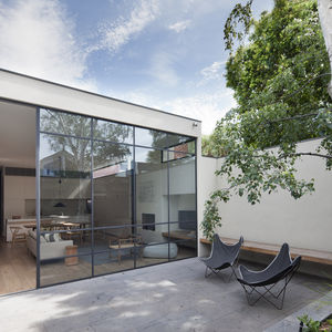 """Courtyard with """"picking wall"""" of herbs in Melbourne renovation."""