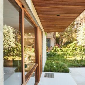 Long, rectilinear home in Santa Monica
