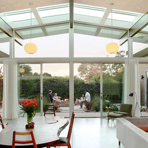 Midcentury-inspired house in California with a great room overlooking a courtyard