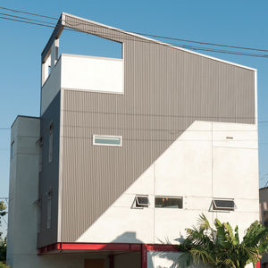 Modern hone with corrugated metal facade