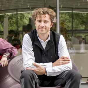 designer thomas heatherwick in a spun chair 2